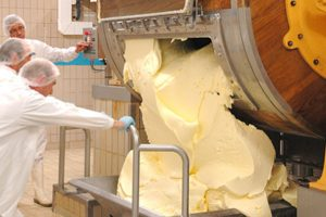 Lavage & Malaxage beurre- beurrerie Echiré - beurre d'excellence - baratte bois - Echiré.