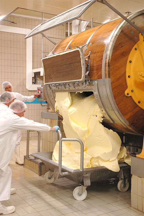 Lavage et malaxage du beurre d'Échiré dans une baratte en bois - Beurre d'excellence depuis1894